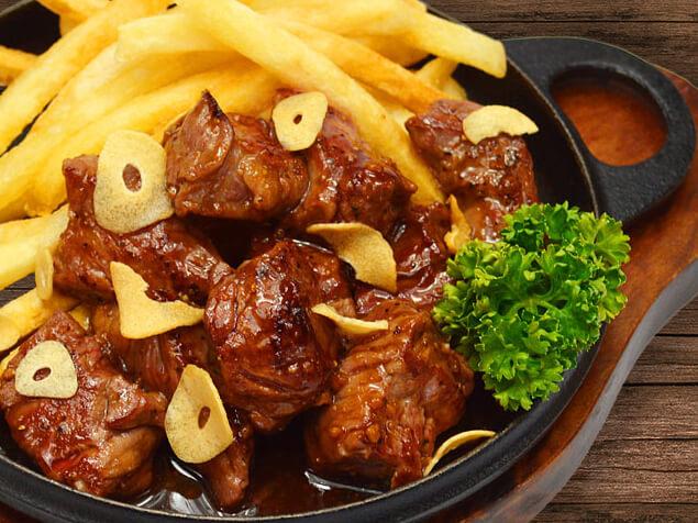 仔牛ハラミの角切りガーリックステーキの料理写真